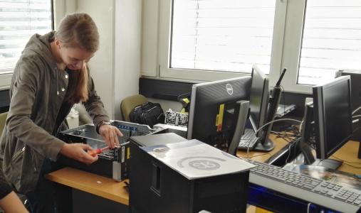 Florentine N. schraubt Computer zusammen